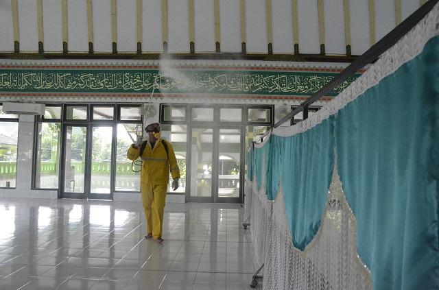 Pemkot Yogyakarta dan Baznas Lakukan Penyemprotan Desinfektan dan Bersih di 250 Masjid